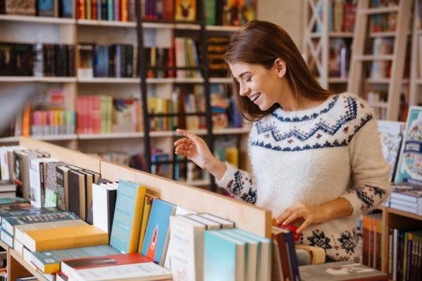 本屋で本を選ぶ女性