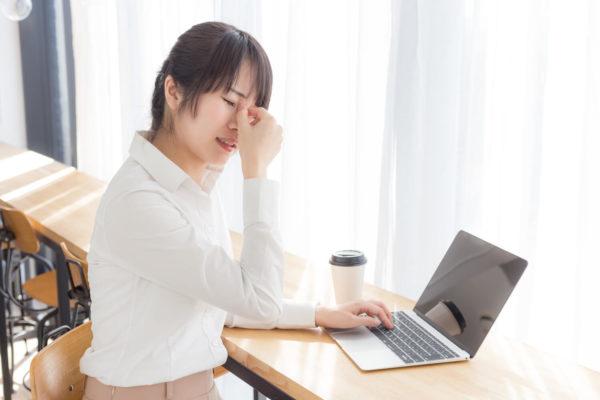 ブログで稼げなくて悩む女性
