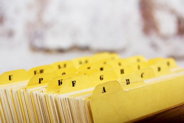 インデックスで整理された書類