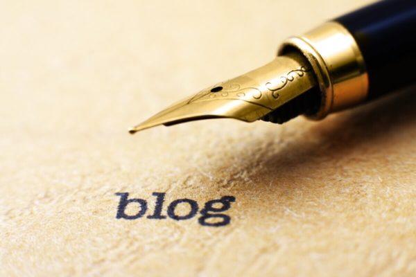 万年筆でブログを書くイメージ