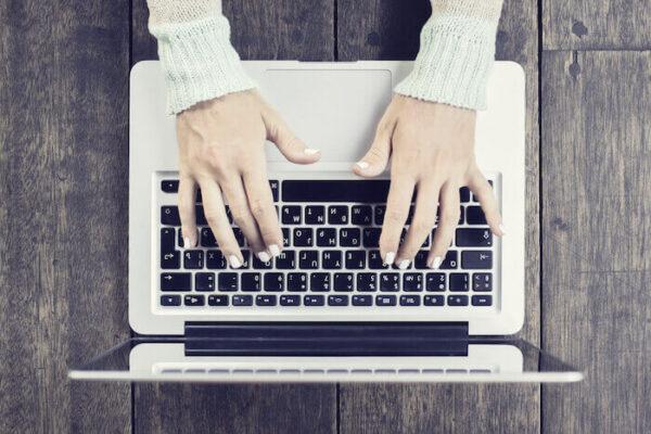 ノートパソコンでブログを書く画像