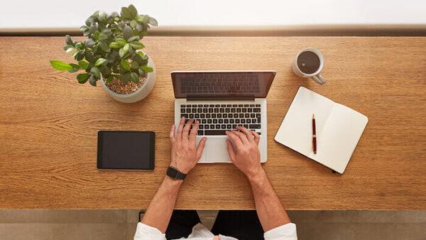 デスクでブログを書く男性