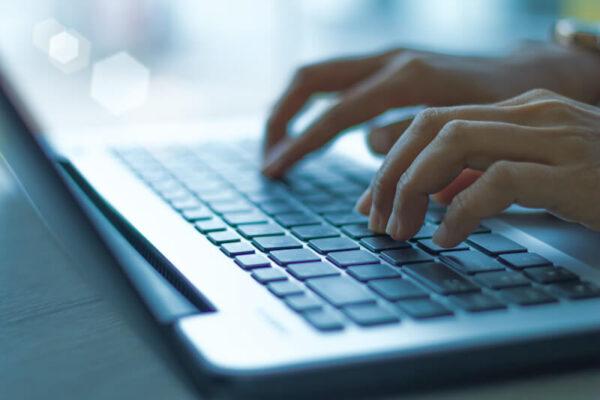 ノートパソコンで記事を書く人