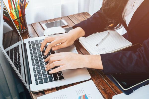 ブログを書く女性の画像