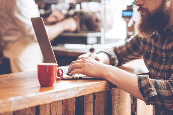 カフェでブログを書く男性
